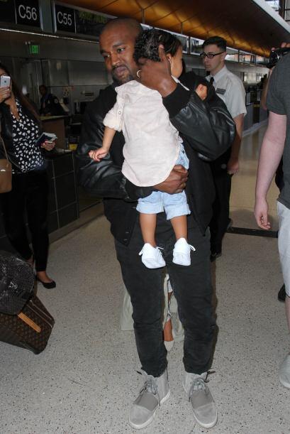 Nori iba en brazos de su papi.