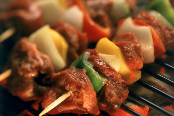 No olvides las tradicionales brochetas con carne de res, puerco, pollo y...