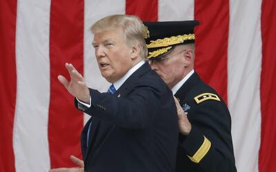 Donald Trump, tras hablar en el cementerio de Arlington en el homenaje a...
