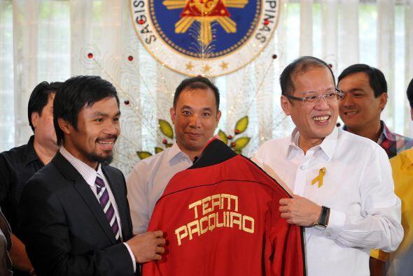 Y para terminar, la chaqueta ofician de Manny Pacquiao convirtió al pres...