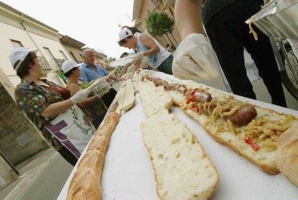 Los pobladores hacen los preparativos para un sándwich de un kilometro e...