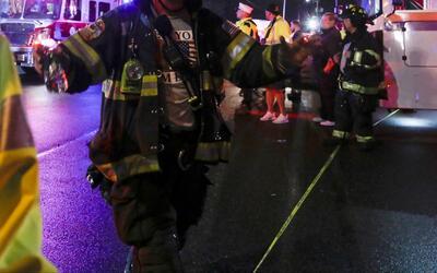 Salvan a hombre de morir calcinado durante un incendio en edificio en Nu...