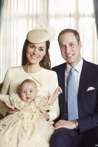El príncipe de tres meses de edad, que es el tercero en la línea de suce...