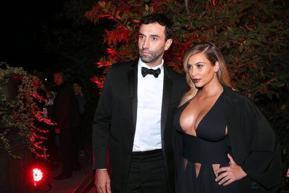 La diva acudió a la pasarela de Givenchy con un escote muy atrevi...