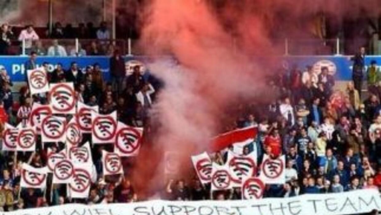 Parte de la afición del PSV no quiere wi-fi en el estadio. (Twitter)