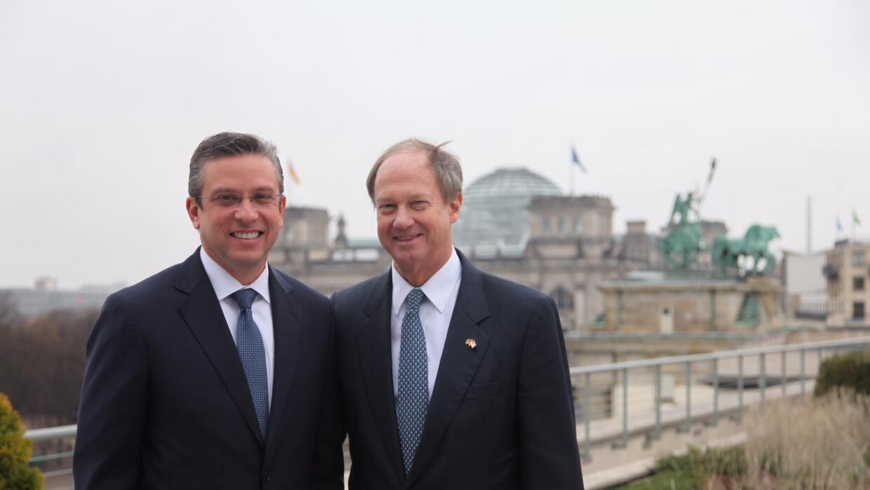 Alejandro García Padilla y Jhon Emerson, embajador de EEUU en Alemania.