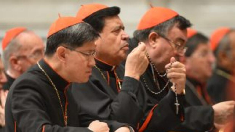El cardenal mexicano Norberto Rivera (Centro) reza el Rosario durante un...
