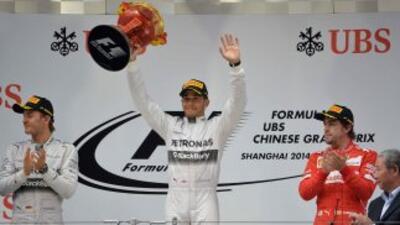 Hamilton, escoltado por Nico Rosberg yFernando Alonso en segundo y terc...