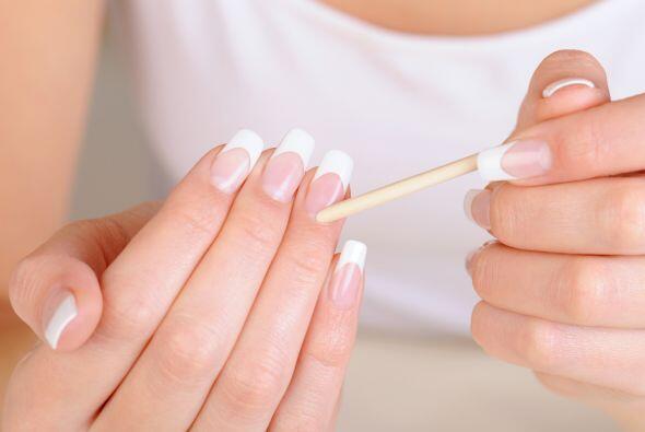 8.- Usa aceite para tu cutícula: Los expertos recomiendan usar un aceite...