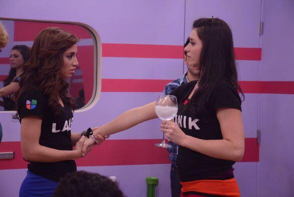 Laura y a Shanik se acercaron a petición de Laura Zapata.