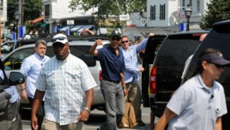 El presidente Obama sale de una librería con sus hijas.