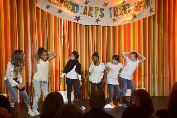La actriz cantó y bailó junto a cinco niñas la canc...
