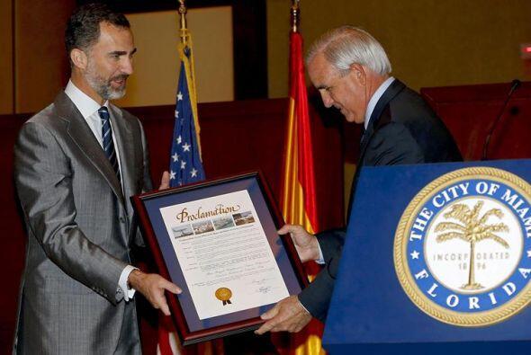 El príncipe Felipe recibe de manos del alcalde del condado de Miami-Dade...