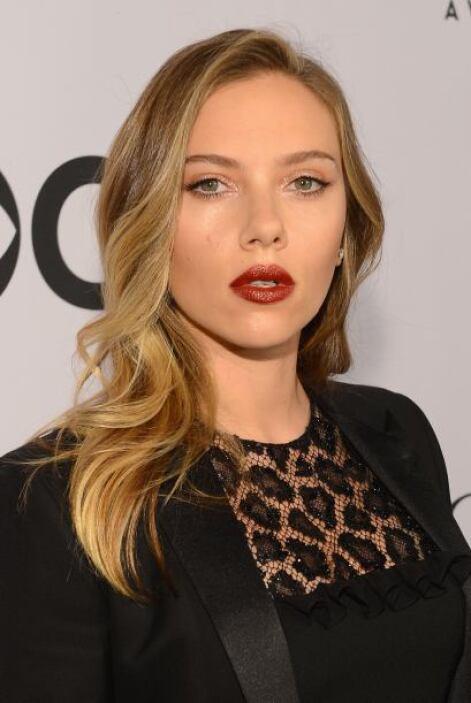 Scarlett Johansson es una rubia despampanante.