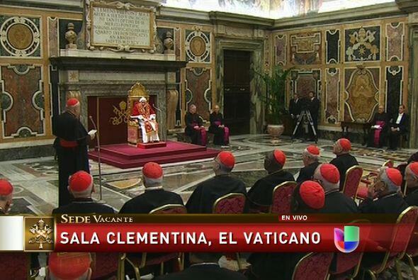 Antes de abandonar el Palacio Apostólico, Benedicto XVI se despidió a me...