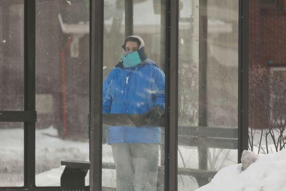 Un peatón espera el autobús en el frío gélido.