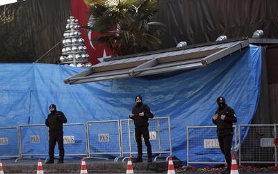Oficiales de la policía turca a las puertas del club Reina donde...