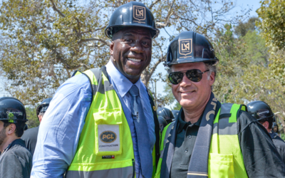 Magic Johnson y Will Ferrell, en el estadio groundbreaking