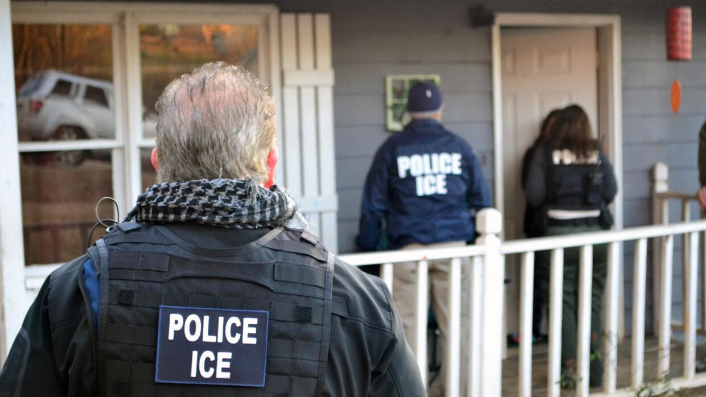 Agentes de ICE buscan a unos indocumentados en una vivienda (archivo).