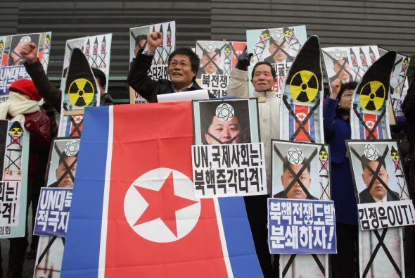 Los surcoreanos han salido a las calles a manifestar su condena hacia la...