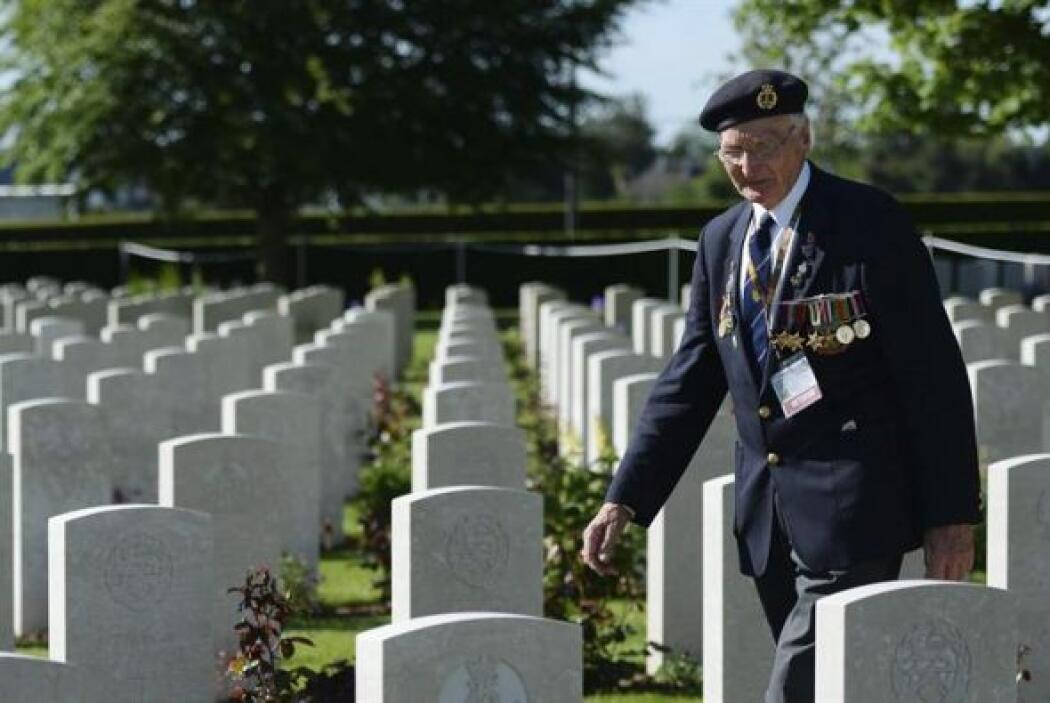 Un veterano británico saluda ante una tumba de un camarada caído en el c...