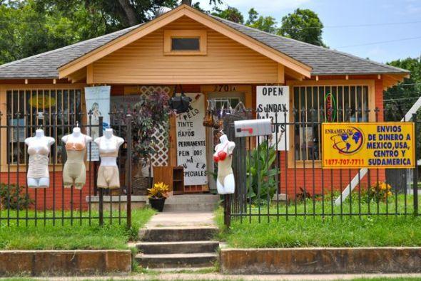 La fachada de este colorido establecimiento, ubicado en la esquina de Ce...