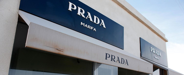 Instalación tienda de Prada en el desierto de Texas