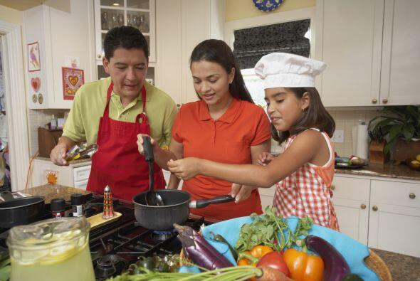 Hagan juntos la cena, y que participen todos los miembros de la familia.