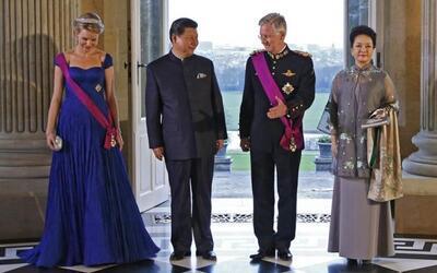 El rey Felipe de Bélgica y su mujer Matilde, posan junto el presi...