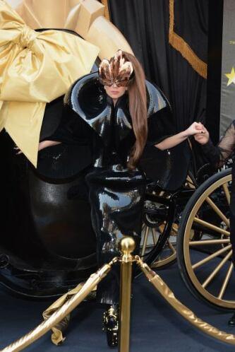 El excéntrico 'look' de Lady Gaga debería de ser penado por lo rídiculo...