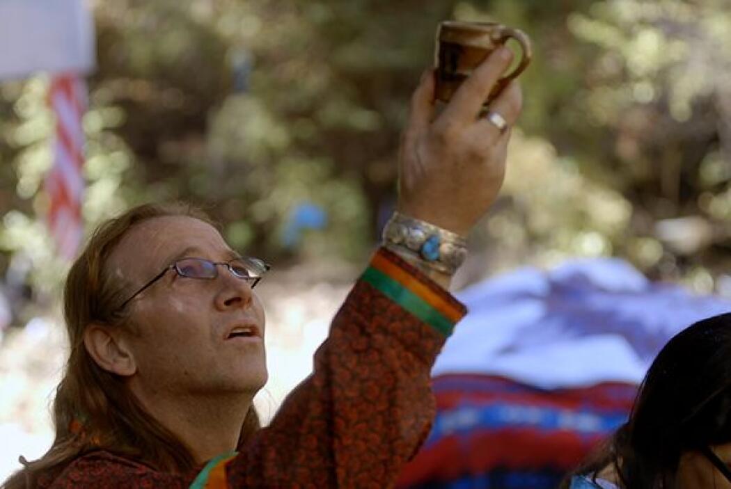 Según este líder espiritual y curandero, cuando se bebe peyote los pacie...
