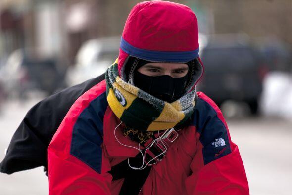 Un ciclista desafía al frío mientras las temperaturas se mantienen en ci...