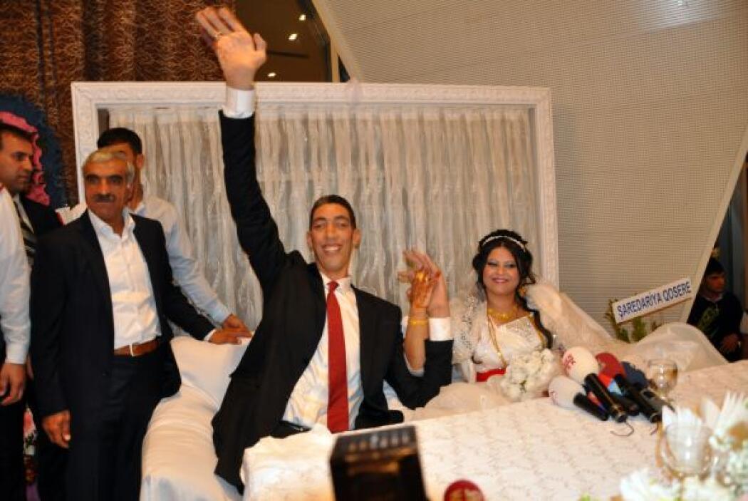 El enorme hombre de 31 años y 2.51 metros, contrajo matrimonio con Merve...