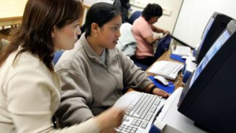 Los estudiantes en una situación migratoria irregular reclaman al Gobier...