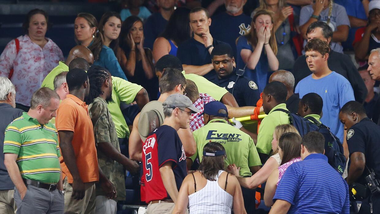 Aficionados observa el accidente en el Turner Field