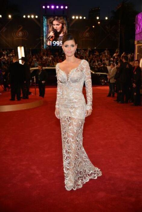 Y en la alfombra lució un sexy vestido transparente que le hacía lucir d...