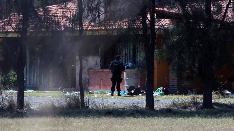 Policías buscan evidencia en rancho en Tanhuato donde hombres se...