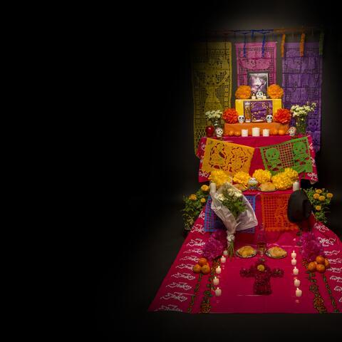En México los altares se montan en casas, escuelas y tradicionalmente en...