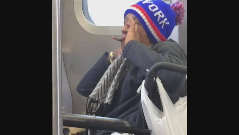 En video: una mujer en silla de rueda es detenida en el metro de Nueva Y...