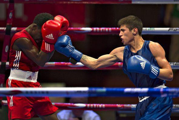 En la cuarta jornada del boxeo, el pugilista mexicano Sergio Chirino der...
