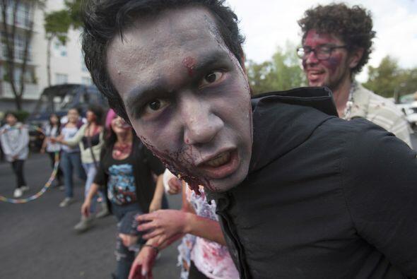 La marcha zombie caminó por Avenida Flores Magón y el Pase...