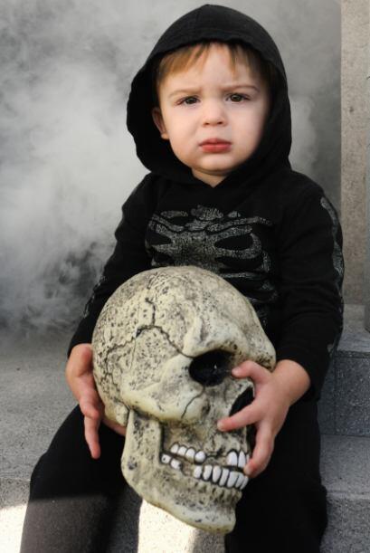 Disfraz de esqueleto. Un enterito negro con los huesos dibujados en blan...