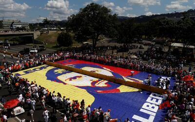 En una avenida de Caracas armaron un rompecabezas gigante con una ic&oac...