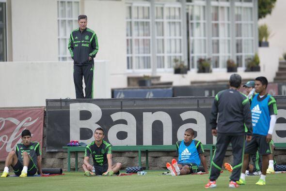 Ricardo Peláez observa con atención el entrenamiento del equipo mexicano.
