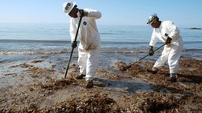 California intenta contener un derrame de petróleo