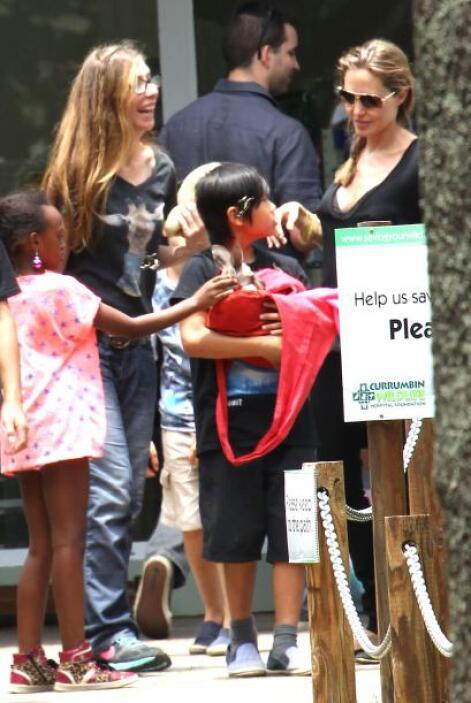 Angelina le explicaba detalles del animal a Pax y Zahara. Mira aquí los...