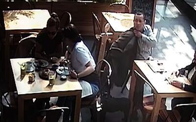 Le roban la cartera mientras desayuna en Ciudad de México y gastan más d...