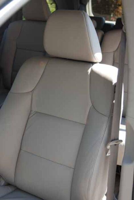 Los asientos delanteros tienen soporte lumbar y diez opciones de ajuste.