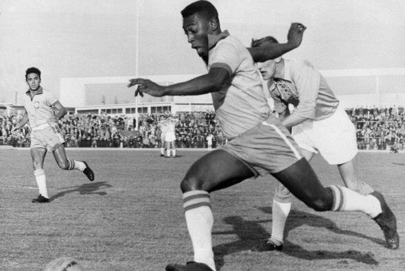 Toda la presencia de Pelé en esta jugada, una imagen típic...