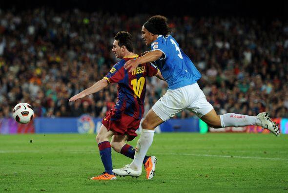 El argentino se metió en el área y, ante la salida del portero rival, de...